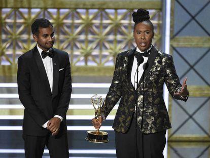 Aziz Ansari y Lena Waithe, ganadores del Emmy al mejor guion de comedia por el capítulo 'Acción de Gracias' de 'Master of None'.