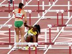 Tokyo (Japan), 01/08/2021.- Luca Kozak (L) of Hungary helps Yanique Thompson of Jamaica to get up after both were not able to finish their run in the Women's 100m Hurdles semifinal at the Athletics events of the Tokyo 2020 Olympic Games at the Olympic Stadium in Tokyo, Japan, 01 August 2021. (100 metros, 100 metros vallas, Hungría, Japón, Tokio) EFE/EPA/JEON HEON-KYUN