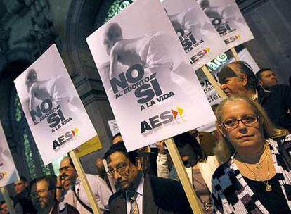 Concentración de antiabortistas, ayer ante el Ministerio de Igualdad en Madrid.