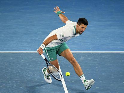 Djokovic, durante el partido de este domingo contra Raonic en Melbourne.