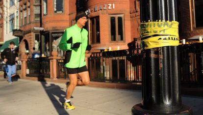 Un hombre corre este martes cerca del lugar del atentado.