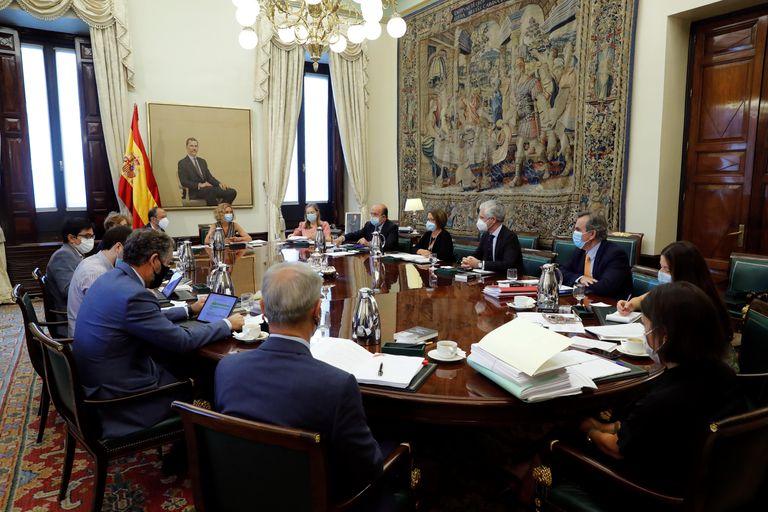 La presidenta del Congreso, Meritxell Batet (al fondo, centro) preside la Mesa del Congreso este septiembre.