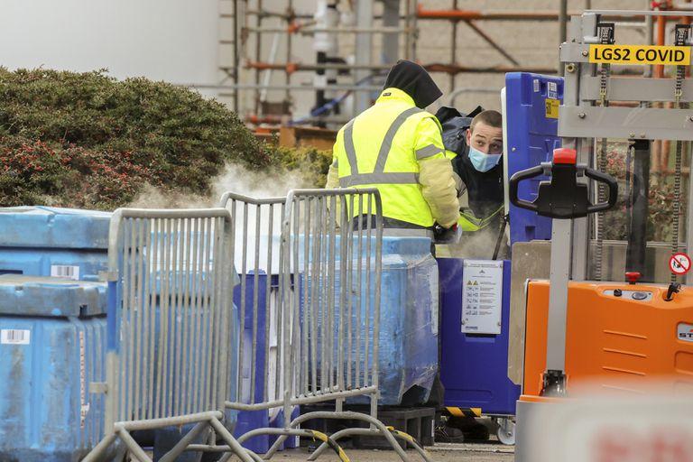 Trabajadores de la planta de Pfizer en Puurs (Bélgica) manipulaban hielo seco el viernes.