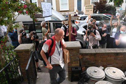 El asesor del primer ministro Boris Johnson, Dominic Cummings, regresa a su hogar el pasado 25 de mayo rodeado de manifestantes que protestan tras saber que se había saltado el confinamiento y viajado 400 kilómetros para ver a su familia.