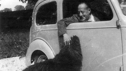 El escritor Arturo Barea junto a su perro Mickey en su casa de Reino Unido.