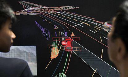 La empresa Baidu muestra en una pantalla gigante el sistema que guía a uno de sus coches sin conductor.