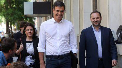 Pedro Sánchez junto a Adriana Lastra y José Luis Ábalos en la sede del PSOE.