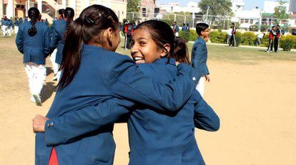 Sarah y Madhu juegan en el recreo en el Tagore International School.