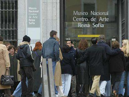 Colas ante el Museo Reina Sofía durante la exposición del modisto Pertegaz en febrero de 2004.