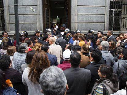 La policìa peruana impide la entrada al Congreso.