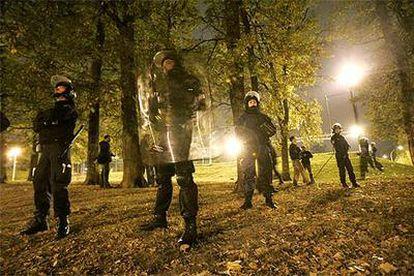 Policías vigilan un parque en Corbeille-Essonne, al sur de París, esta semana.