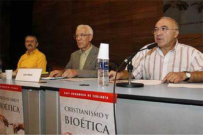 Juan Masiá (centro), Juan José Tamayo (derecha) y Antonio Herrador, en la clausura del congreso.