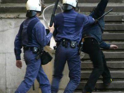 Policías en una protesta antifascista en Santander, en el año 2005.