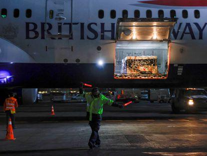 Un contenedor con el primer lote de la vacuna  Sputnik V de Rusia, dentro de un avión en el aeropuerto de Ciudad de México, el día de hoy.