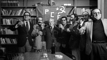 Miembros del Partido Comunista de España tras conocer la noticia de su legalización.