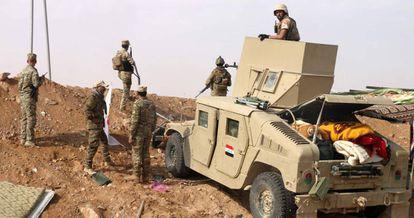 Fuerzas iraquíes vigilan la frontera con Siria cerca de Al Qaim.