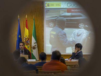 Óscar de la Cruz, comandante de la Unidad Operativa Central de la Guardia Civil, muestra en la Universidad Pablo de Olavide las principales armas del cibercrimen.