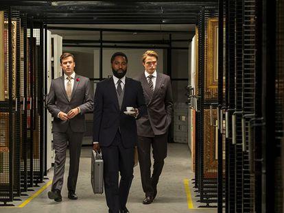 John David Washington (centro) y Robert Pattinson (derecha) en un momento de 'Tenet', de Christopher Nolan.