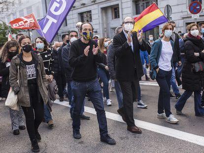 Pablo Iglesias, Ángel Gabilondo y Mónica García, este sábado en la manifestación.