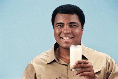 Muhammed Ali fotografiado en Londres en 1986 para una campaña publicitaria sobre un producto lácteo.