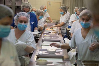 Para que todo funcione como un reloj es necesario que nada falle en la planta menos dos, a la que algunos trabajadores denominan 'El submundo'. Allí se encuentran las dos cocinas (en las que trabajan unas 230 personas) y lencería, donde se distribuye la ropa para profesionales y pacientes.