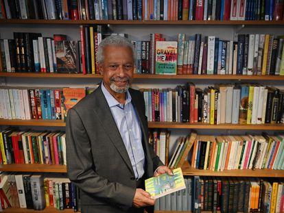 Abdulrazak Gurnah posa en las oficinas de su editorial en Londres al día siguiente del anuncio de su premio Nobel.