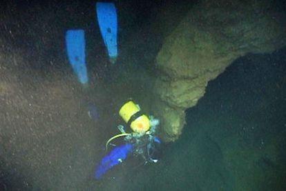 Un buceador se interna en el lago de la Cova da Ceza, durante la expedición del 6 de noviembre.