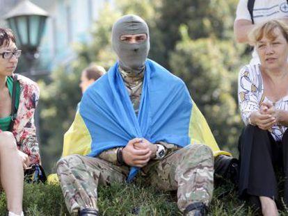 Un miembro del batallón de voluntarios Azov, durante una ceremonia de despedida de soldados en Kiev.