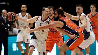 Dubljevic intenta robar el balón a Roll