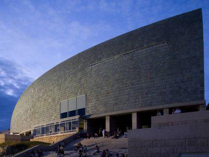 Domus: La casa del hombre, en A Coruña, se retuerce como castigado por las violentas olas y el viento oceánico. Visible desde cualquier parte de la ciudad se ha convertido ya en un icono coruñés. |