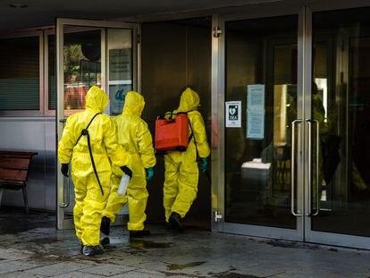 Efectivos de la UME desinfectan este miércoles una residencia en Cerdanyola del Vallès (Barcelona).