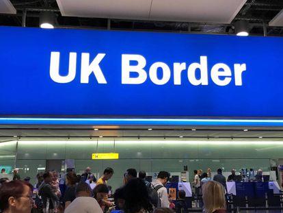 Señal de entrada en Reino Unido en el aeropuerto londinense de Heathrow.