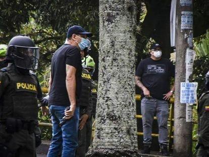 Civiles armados junto a la policía, en Cali, el pasado 28 de mayo.