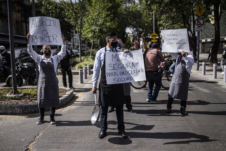 Trabajadores de restaurantes se manifiestan para pedir la reapertura, en enero en Ciudad de México.
