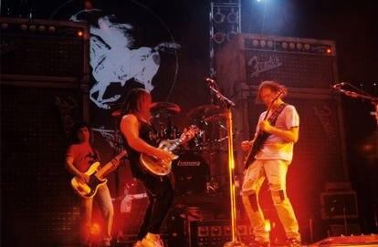 Neil Young con  Crazy Horse en el Brendan Byrne Arena de Nueva Jersey, Estados Unidos, en 1991, en la gira de 'Ragged Glory'.