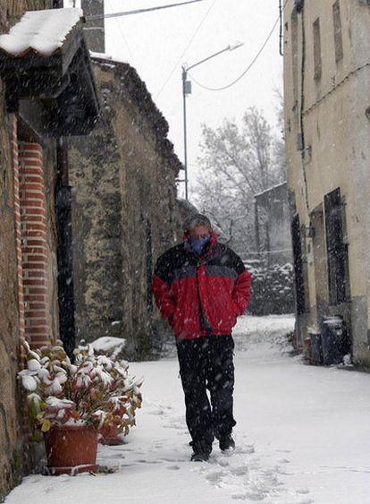 Primeras nieves en en Collado Hermoso (Segovia), donde hoy ha superado varios centímetros, cuajando en calles y tejados