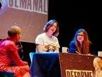 Lucía Lijtmaer e Isa Calderón entrevistan a Patricia Sornosa en el decorado de 'Deforme Semanal'.