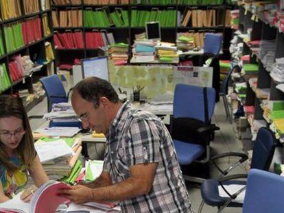 Dos funcionarios, en los archivos de un juzgado de Málaga.