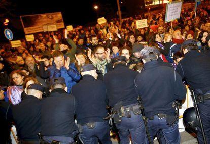 Manifestantes de camino al congreso del PP en Valladolid.