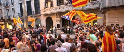 Concentración frente al Ayuntamiento de Girona en defensa del catalán