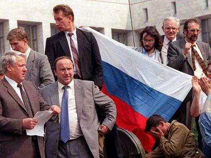 Boris Yeltsin se dirige a la multitud desde lo alto de un tanque frente al Parlamento ruso, en Moscú, durante el intento del golpe de Estado de agosto en la URSS.