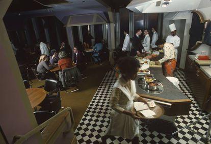 """Cocina y parte del comedor del restaurante en enero de 1977. """"El dinero, el poder y el ego pueden rescatar a Nueva York de sus cenizas. Vaya subidón"""", escribió el crítico gastronómico Gael Greene en la revista New York cuando visitó el lugar.  """