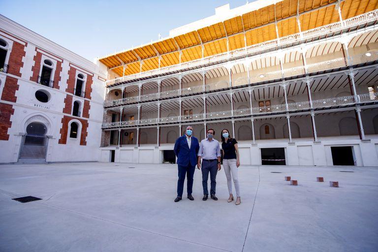 El alcalde de Madrid, José Luis Martínez-Almeida (c), posa junto a la delegada del Área de Cultura, Turismo y Deporte, Andrea Levy, este martes durante su visita el frontón Beti Jai, por primera vez en la programación de 'Pasea Madrid'