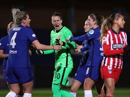 La portera del Chelsea, Ann-Katrin Berger, celebra con sus compañeras uno de los dos penaltis que paró este miércoles ante el Atlético.