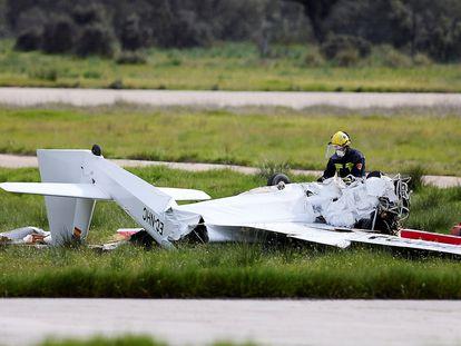 Un bombero junto a los restos de la avioneta, este domingo en La Iglesiuela del Tiétar, Toledo.