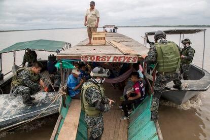 Guardacostas peruanos registran una canoa en el río Ucayali en marzo de 2018.