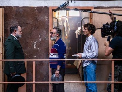 El director Alberto Rodríguez rueda en Barcelona 'Modelo 77', una película inspirada en el intento fallido de huida de 45 presos en 1978. Javier Gutierrez y Miguel Herrán, durante una escena. / JULIO VERGNE.
