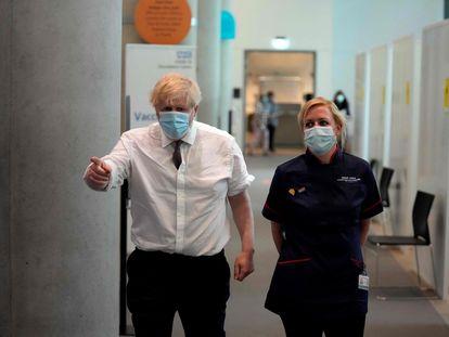 Boris Johnson, primer ministro británico (izquierda), en una clínica de vacunación de Londres, el pasado 3 de junio.