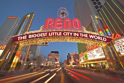 Una puerta de neones en la ciudad de Reno (Nevada, EE UU).