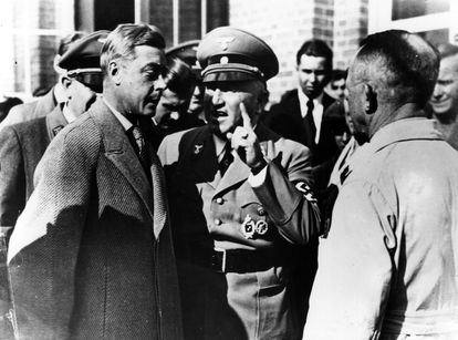 El duque de Windsor con unos oficiales nazis en Alemania, en 1937.